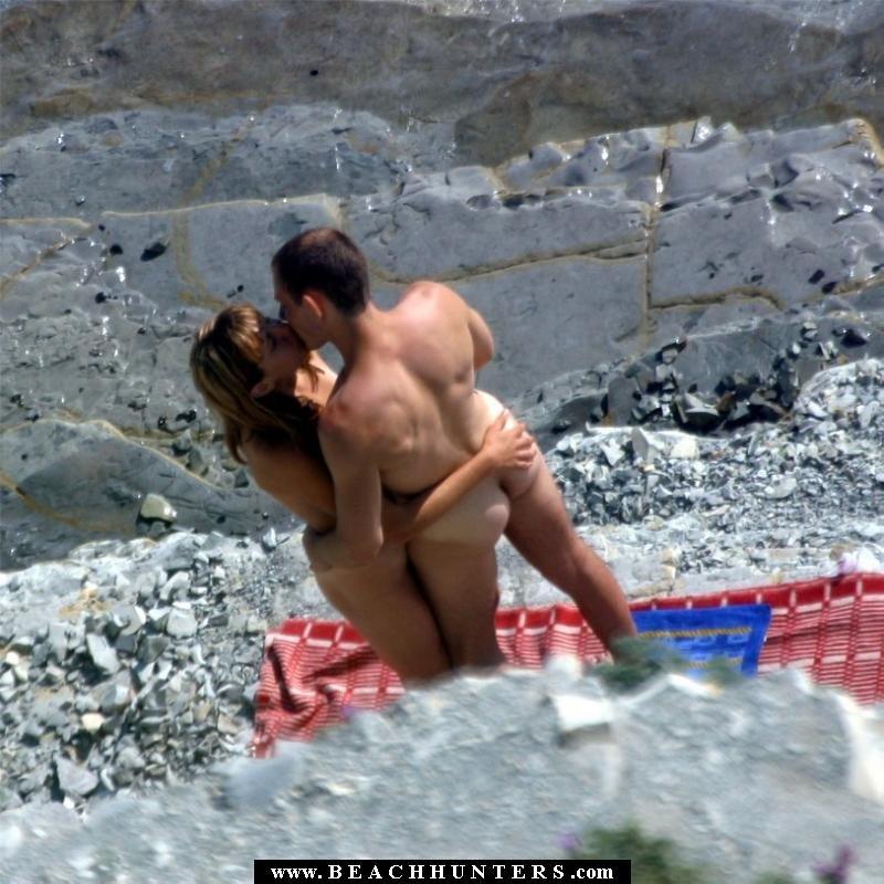 Casal fazendo sexo na praia na frente das pessoas