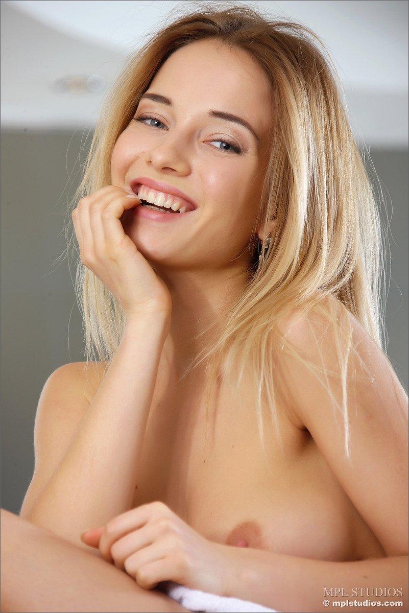 Linda novinha em ensaio sensual peladinha mostrando a xoxota