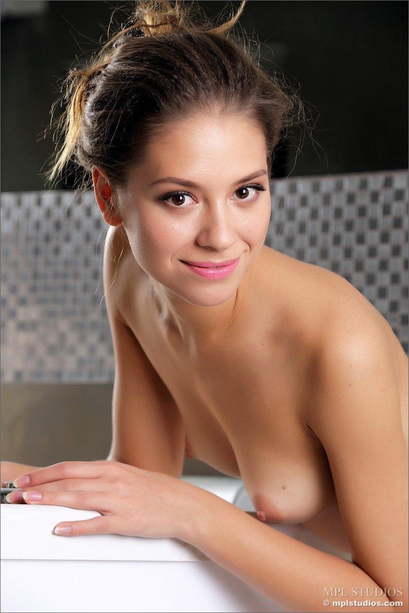 Modelo linda mostrando a buceta e o cuzinho apertadinho