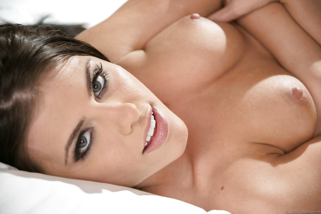 Pornstar Jennifer White masturbando a xereca rosada toda molhadinha