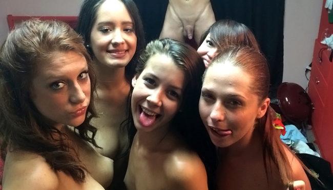 Sortudo na putaria gostosa com cinco amigas da faculdade