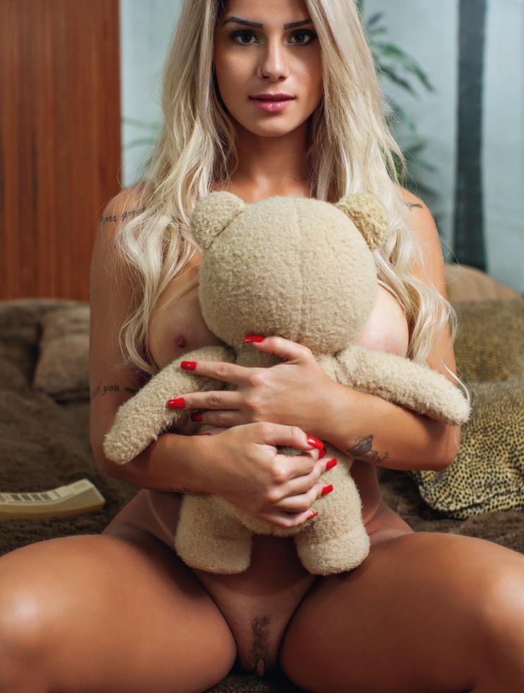 Iara Ramos loira gata na  Playboy Outubro 2015 Confira: