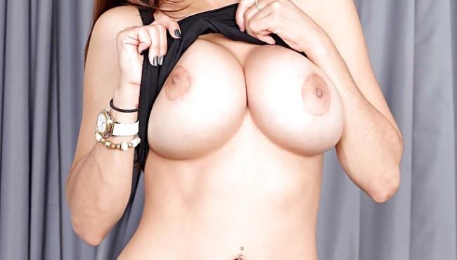 Pornstar Mia Khalifa peladinha exibindo a xoxota e o cuzinho