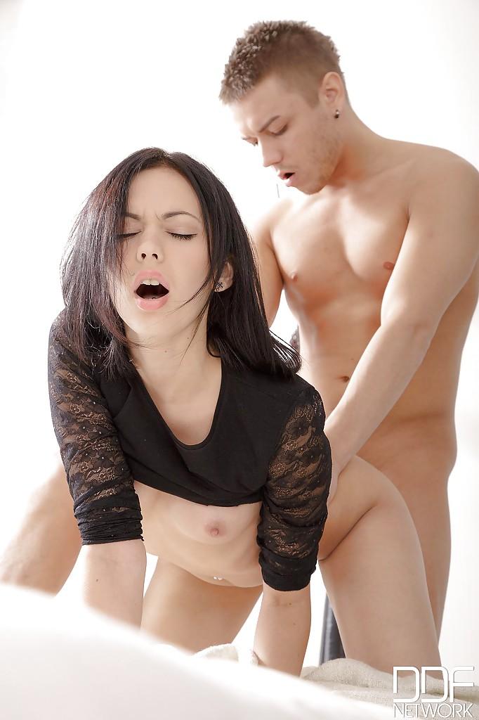 Fotos de sexo anal com uma branquinha deliciosa dando o cuzinho