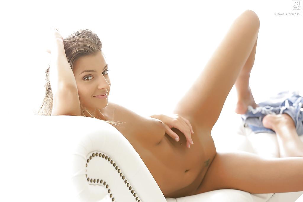 Linda gatinha se masturbando metendo o dedo na bucetinha e no cu
