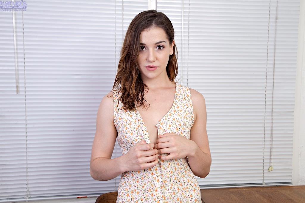 Novinha da xoxota peluda mostrando tudo peladinha no ensaio