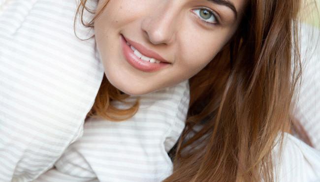 Novinha dos olhos claros mostrando a xoxotinha com a lingua de fora