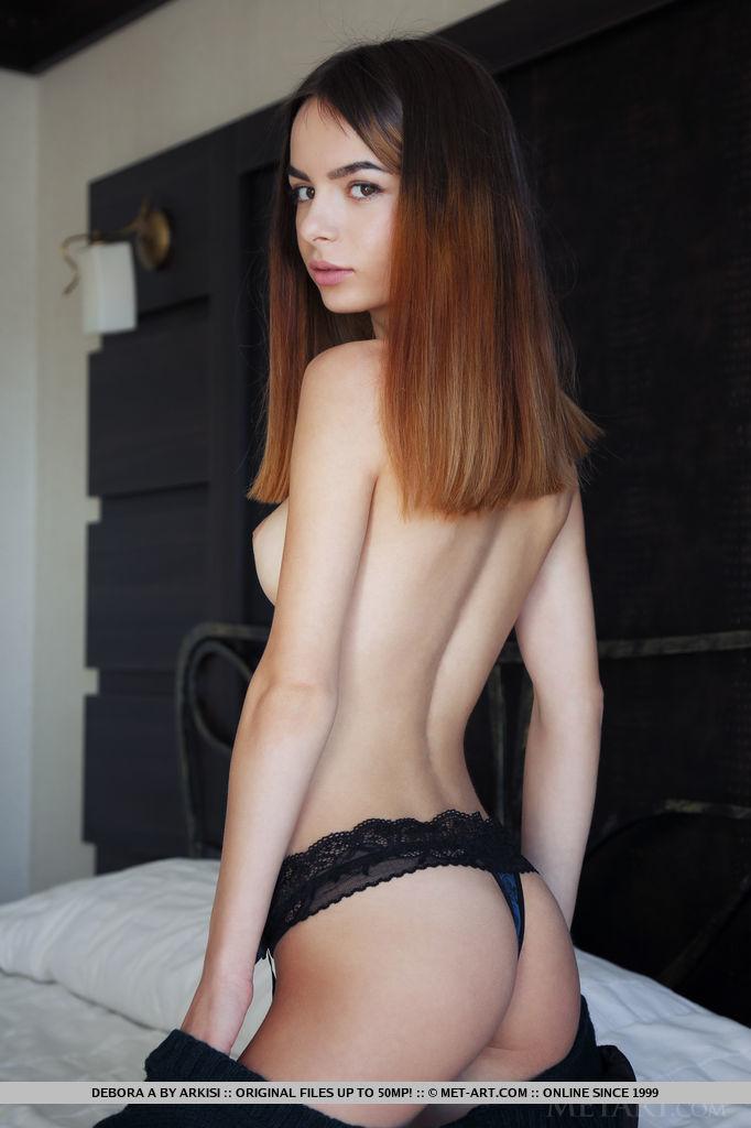 Debora novinha muito gostosa peladinha em um ensaio sensual