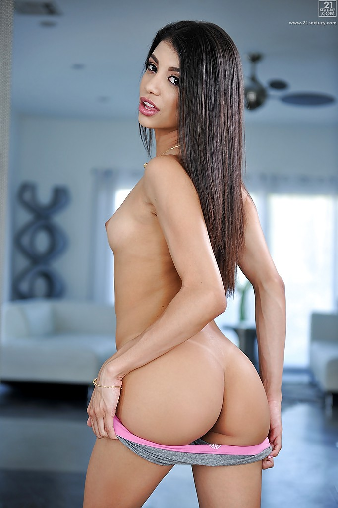 Pornstar Veronica Rodriguez fazendo várias poses sensuais