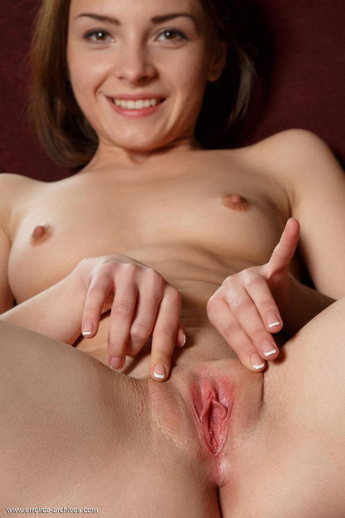 Putinha mostrando o cu e abrindo a bucetinha gostosa em fotos porno