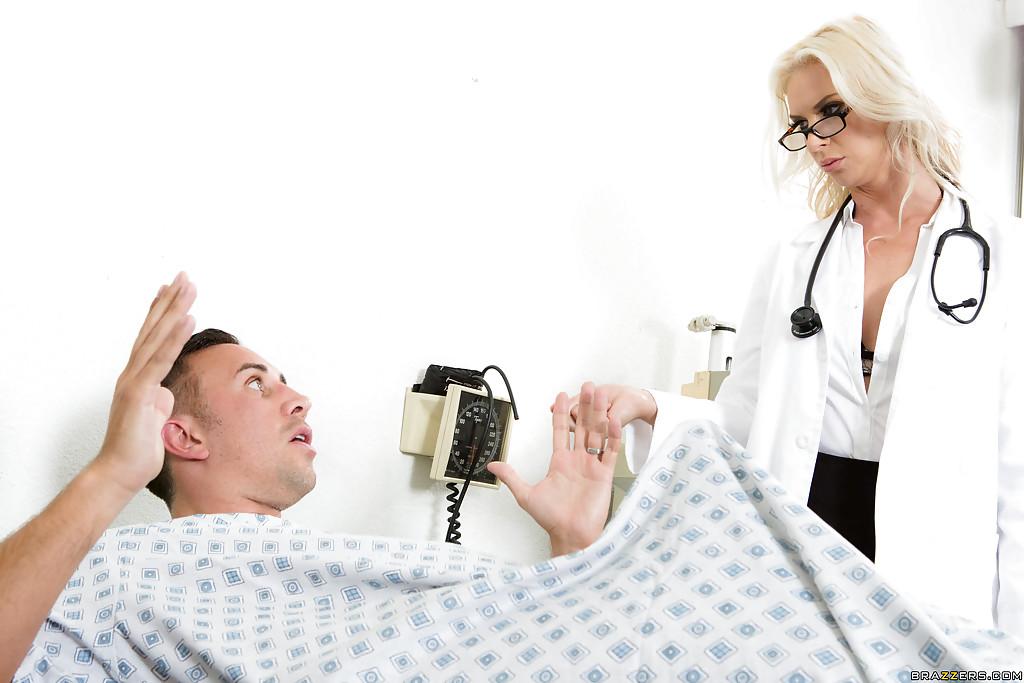 Doutora gostosa abusando de paciente tarado durante a consulta