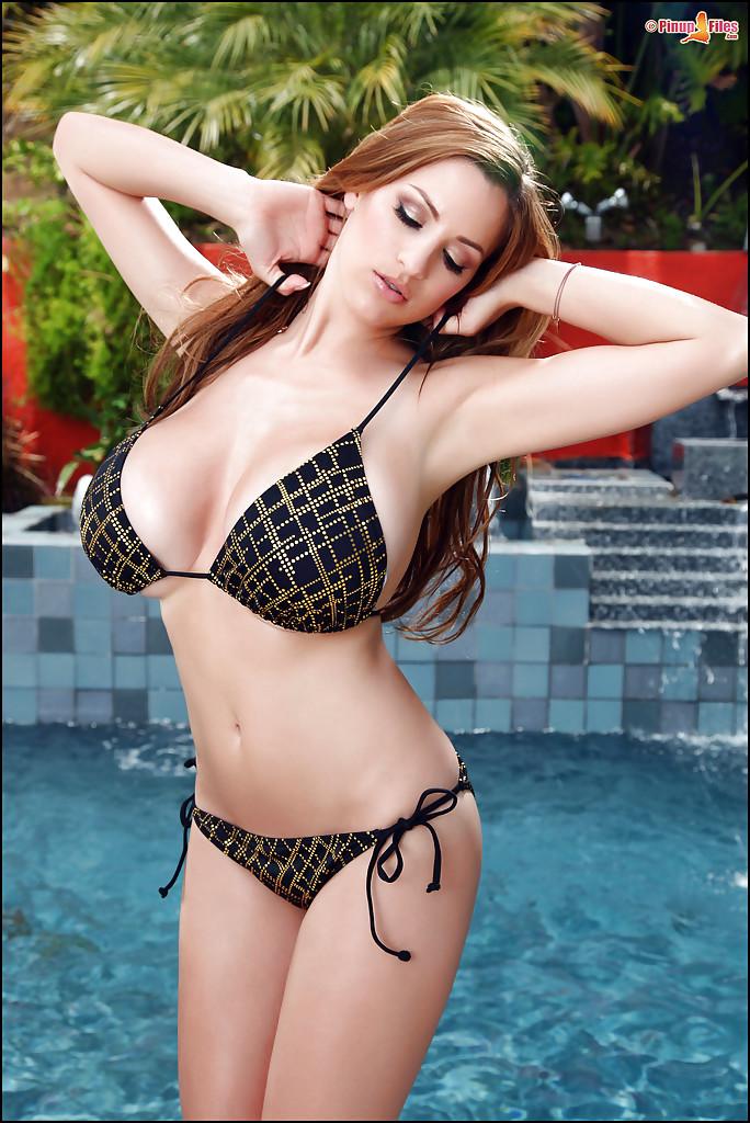Européia peituda na piscina mostrando o corpo perfeito