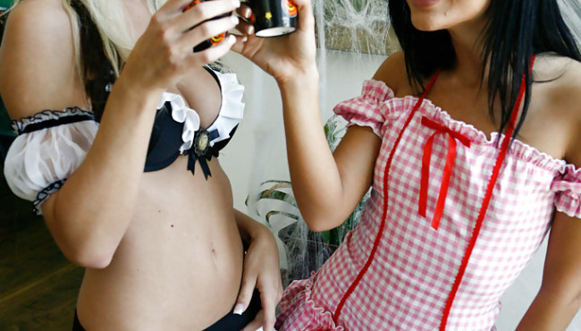 Loira e morena lesbicas são duas amigas muito safadinhas