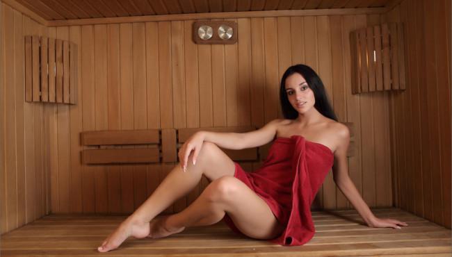 Morena gostosa na sauna totalmente pelada arreganhando a xota