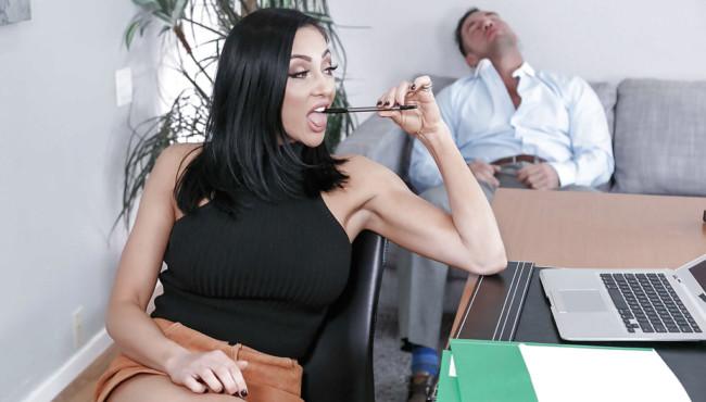 Secretária morena fogosa dando para cliente após ficar excitada