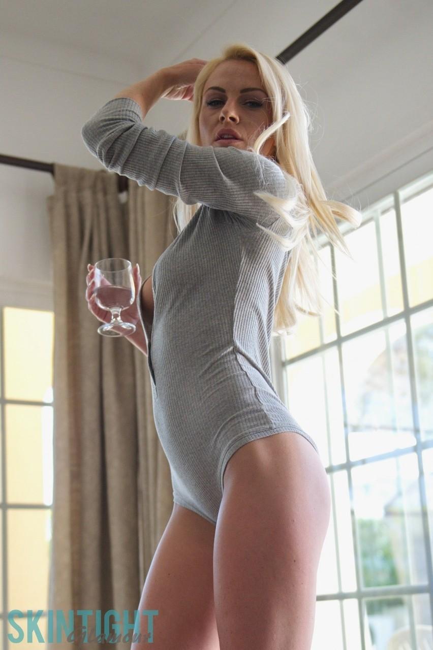 Loira gostosa super sexy com roupa atolada na buceta