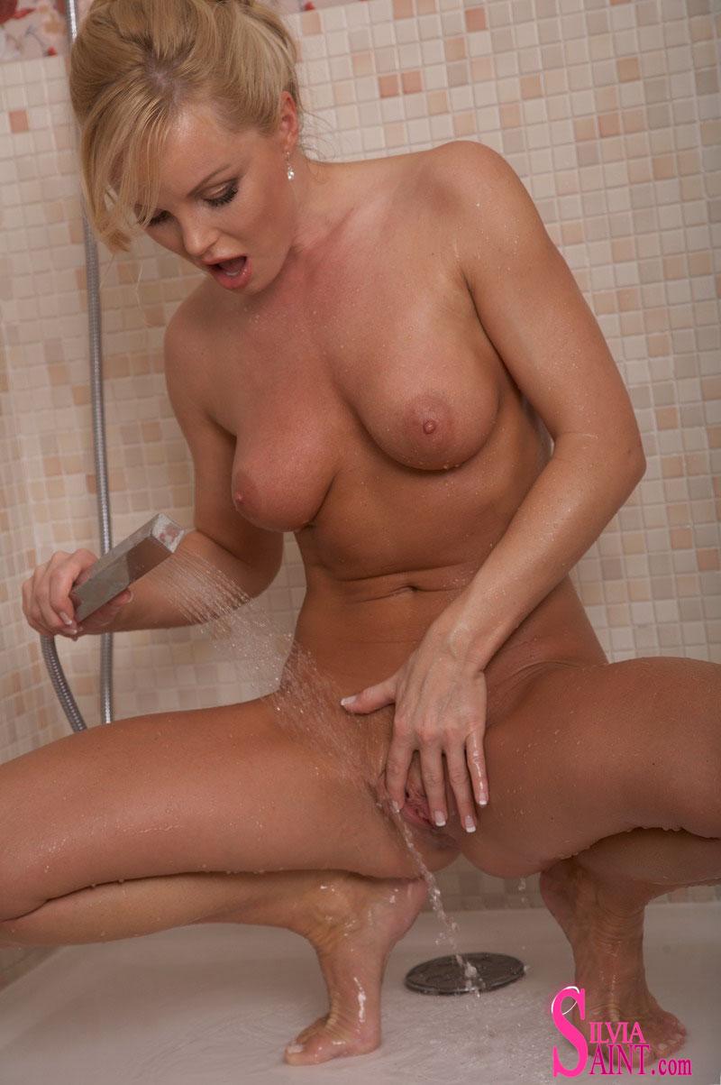 Loira no banheiro se masturbando e gozando com o dedo na xoxotinha
