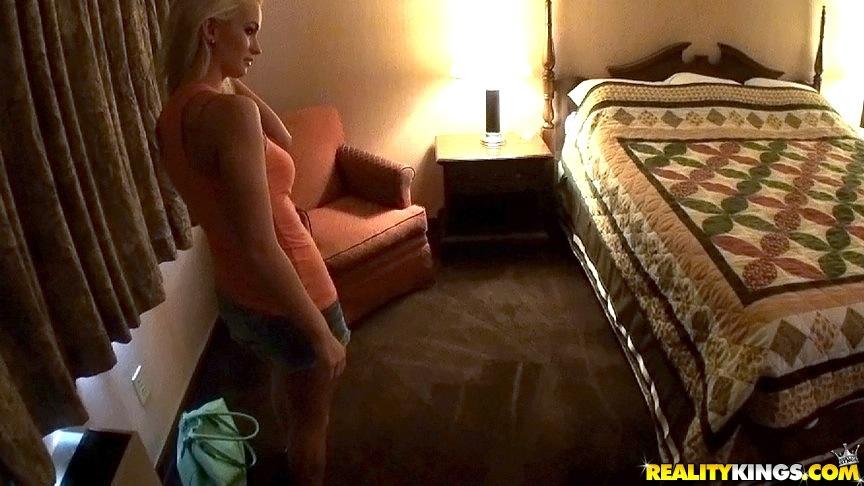 Milf loira peituda se masturbando no quarto enquanto tira fotos