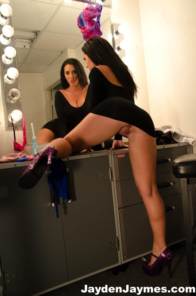 Milf morena sensualizando  com um vestido preto delicioso