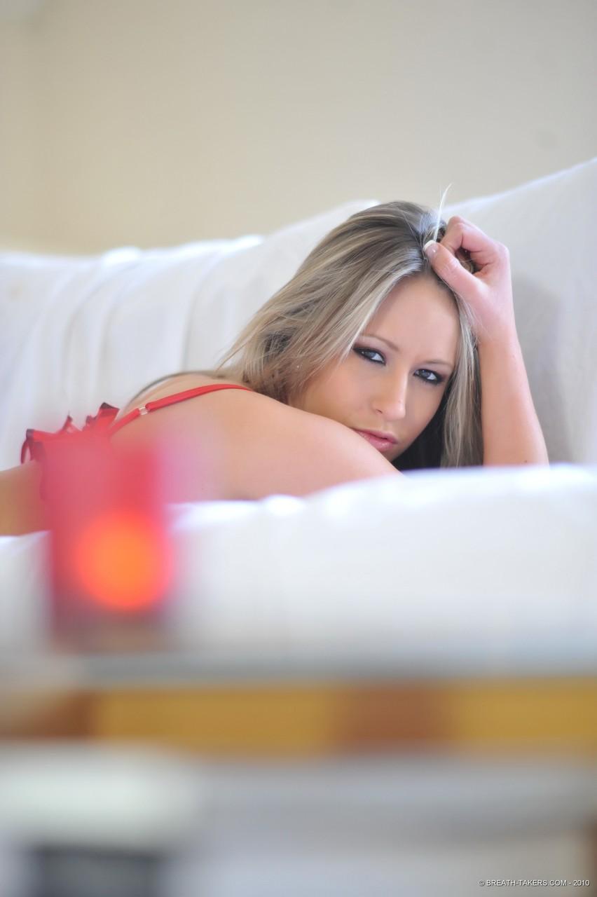 Modelo loira muito perfeita tirando a lingerie ela ficou toda peladinha