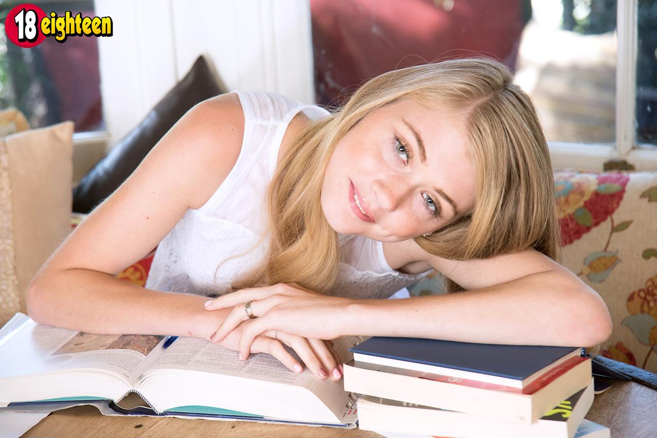 Novinha 18 aninhos louca de tesão não conseguiu nem estudar