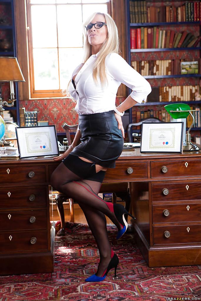 Secretária milf loira Rebecca Moore peladinha no escritório