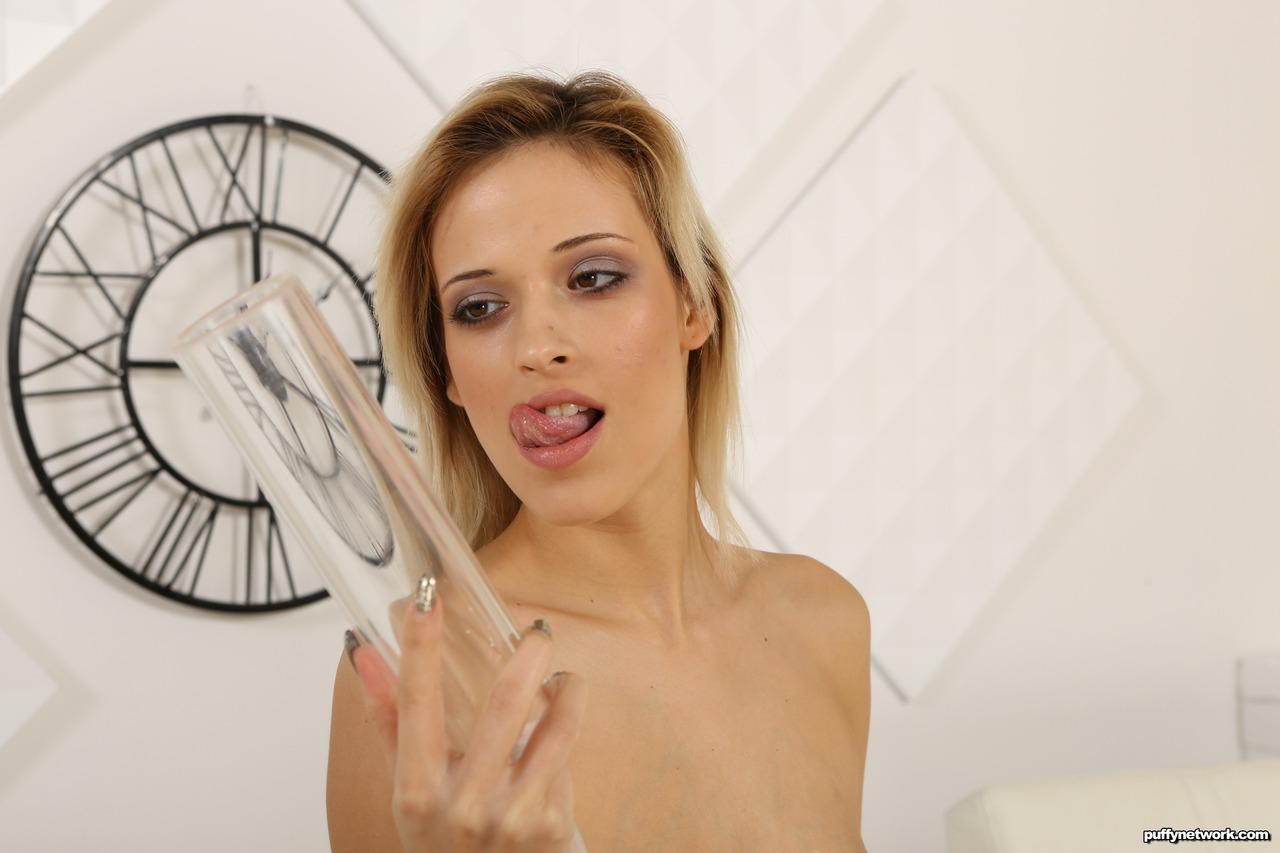 Secretária se masturbando no escritório com um consolo de borracha