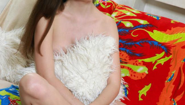 Novinha gostosa peituda no sofá peladinha com a buceta arreganhada