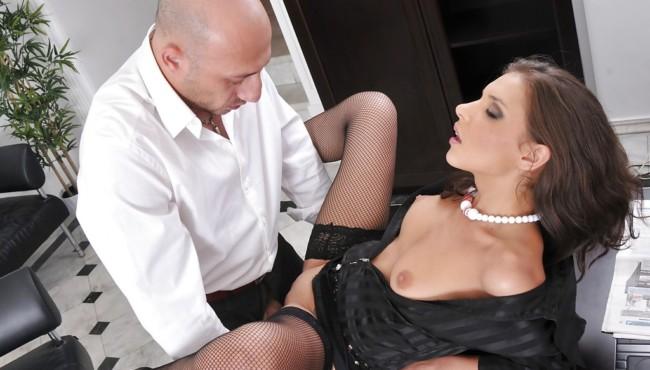 Secretária gulosa dando o cu para o chefe bem dotado