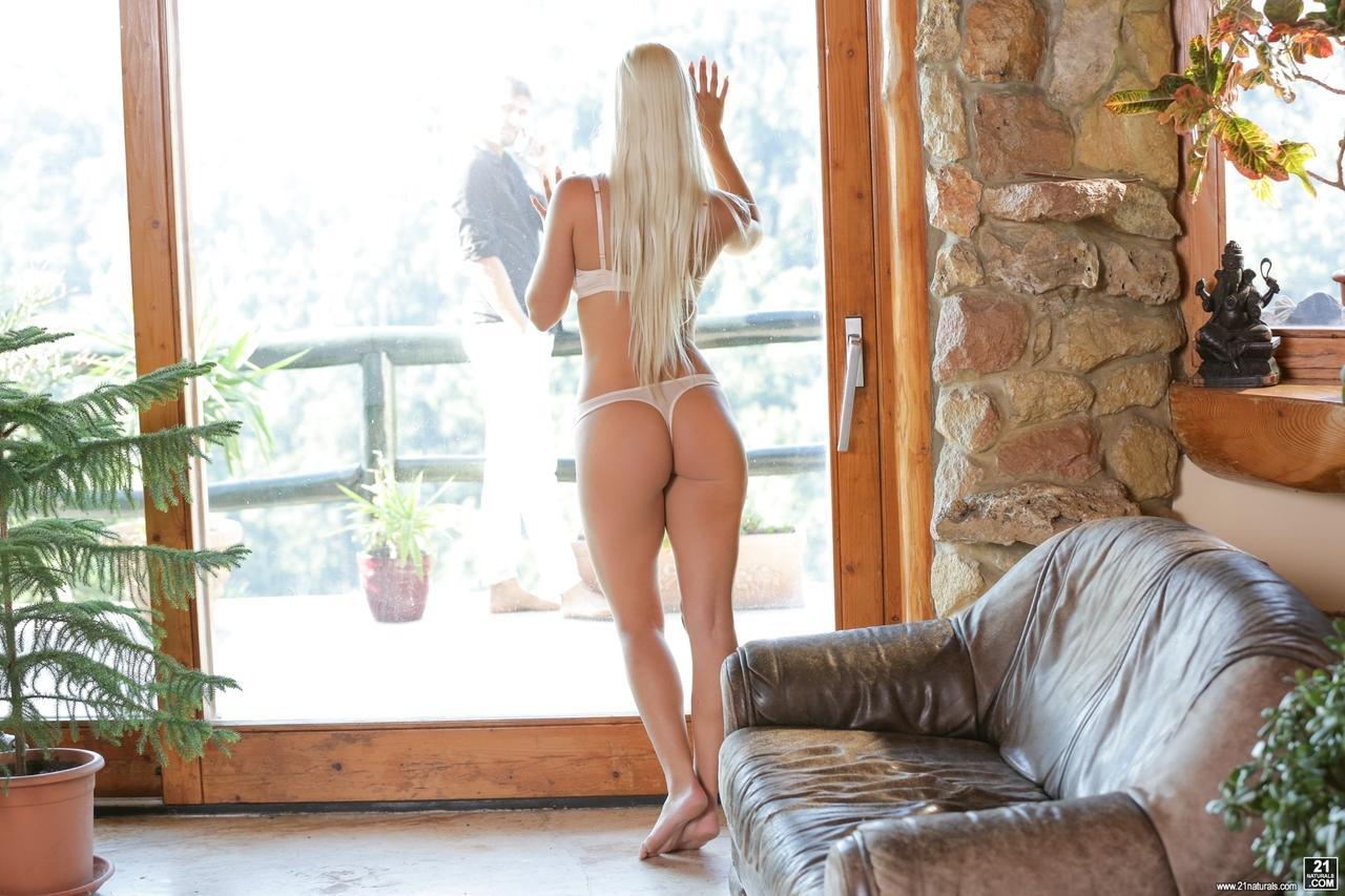 Lira peituda fazendo anal com o amante na casa de campo do marido