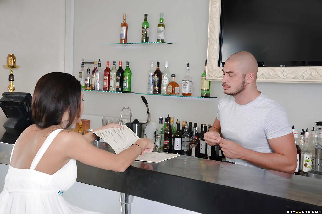 Morena gostosa fazendo anal com barman  bem dotado habilidoso
