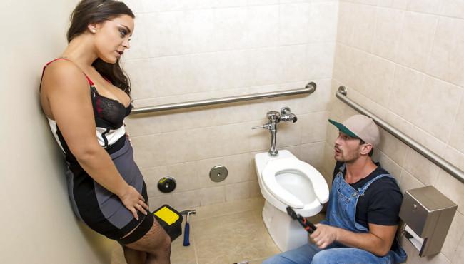 Morena rabuda dando o cu no banheiro para deficientes com o namorado