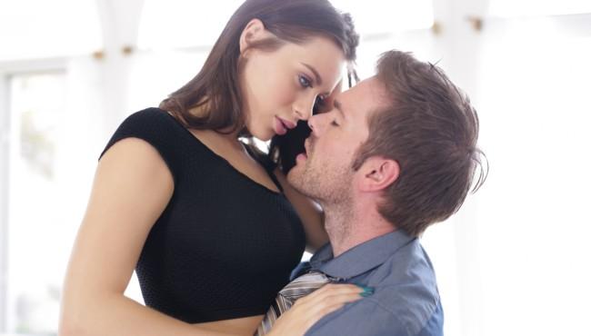 Morena novinha perfeita pagando boquete antes de dar a buceta