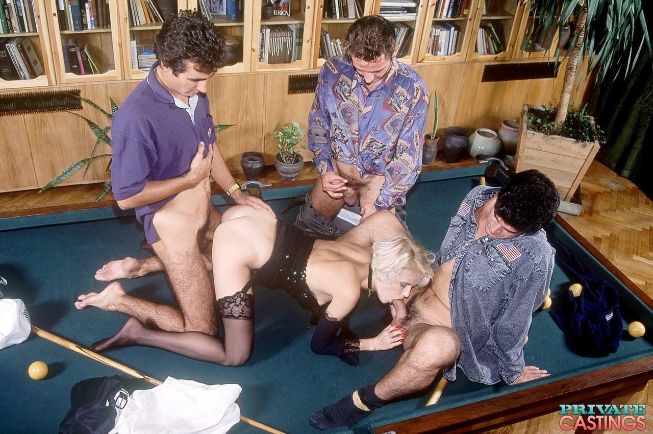 Loira fodendo com três caras dotados que a arrombaram