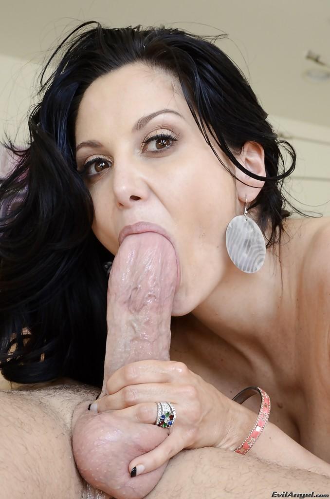 Milf morena gostosa fazendo anal com o amante bem dotado
