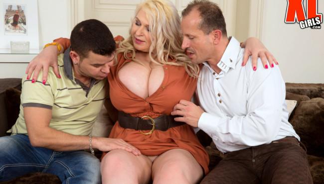 Fotos de sexo com loira milf safada com dois caram que a foderam