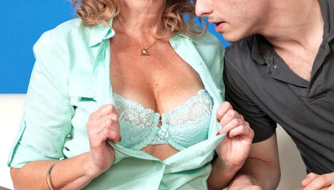 Fotos de sexo com Milf fodendo e levando uma gozada na cara