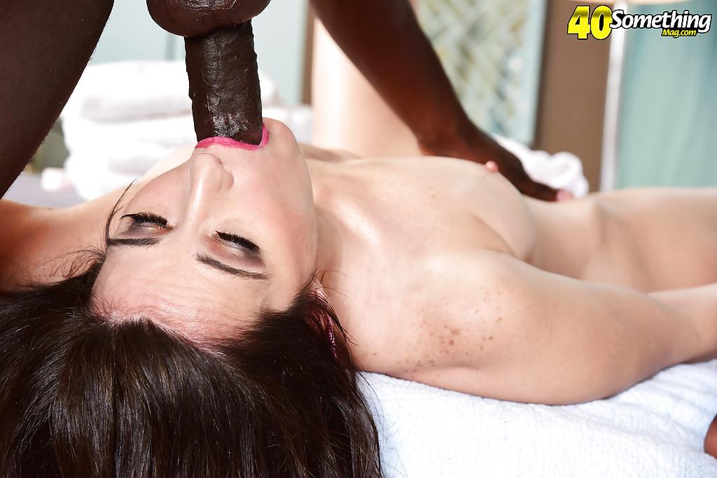 Fotos de sexo com negão arrombando morena gostosa que mal aguentou