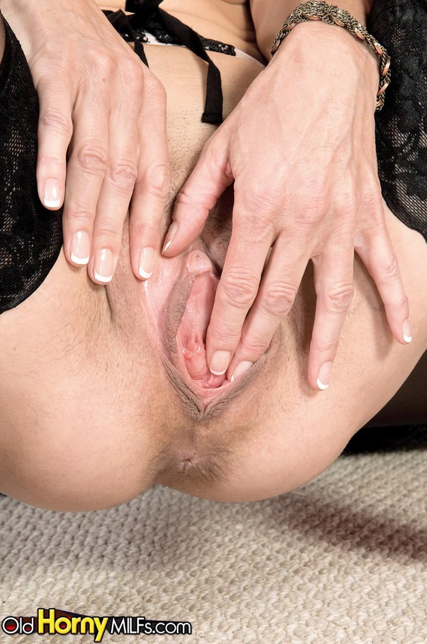 Milf loira em fotos de sexo ela estava masturbando a buceta