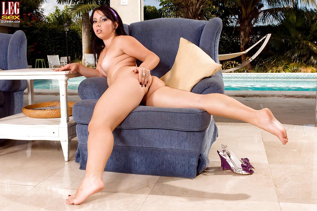 Novinha sexy toda nua querendo dar a bucetinha apertada