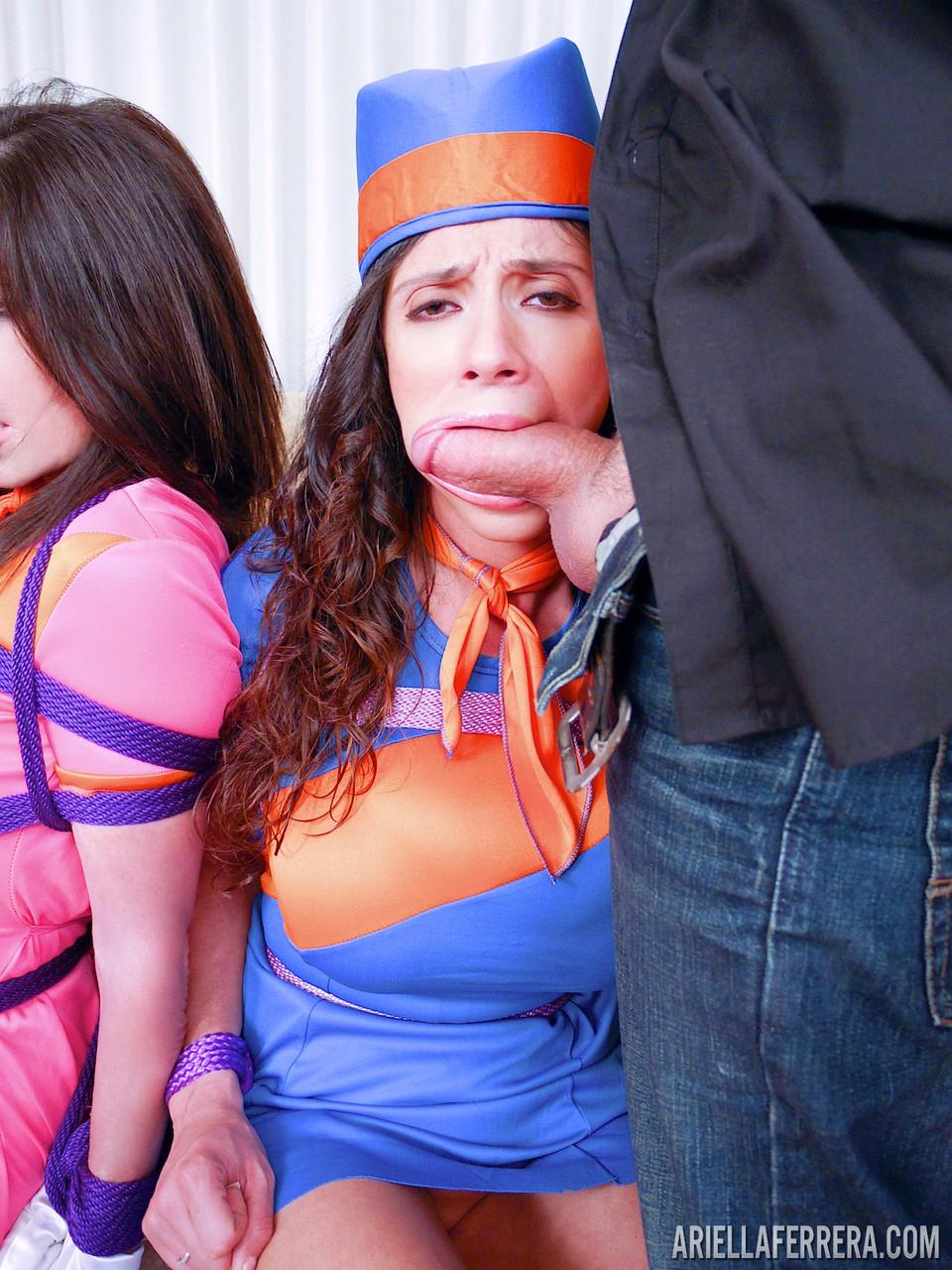 Duas morenas sendo abusadas por um careca bigodudo que as arrombou