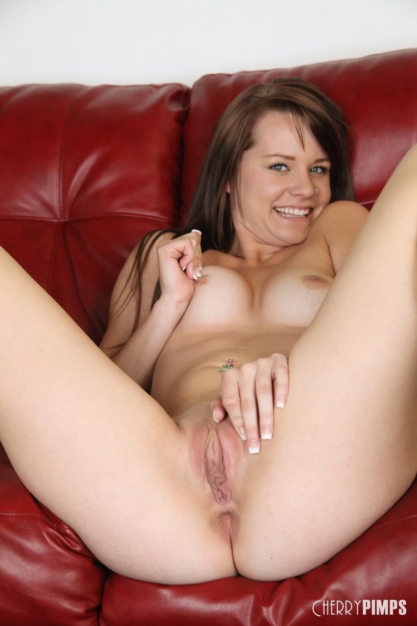 Loirinha novinha masturbando a buceta apertada com um vibrador