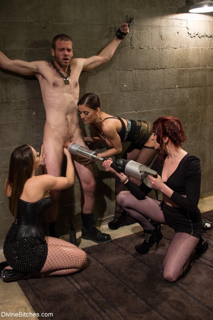 Treês gostosas torturando um cara que foi extremamente abusado