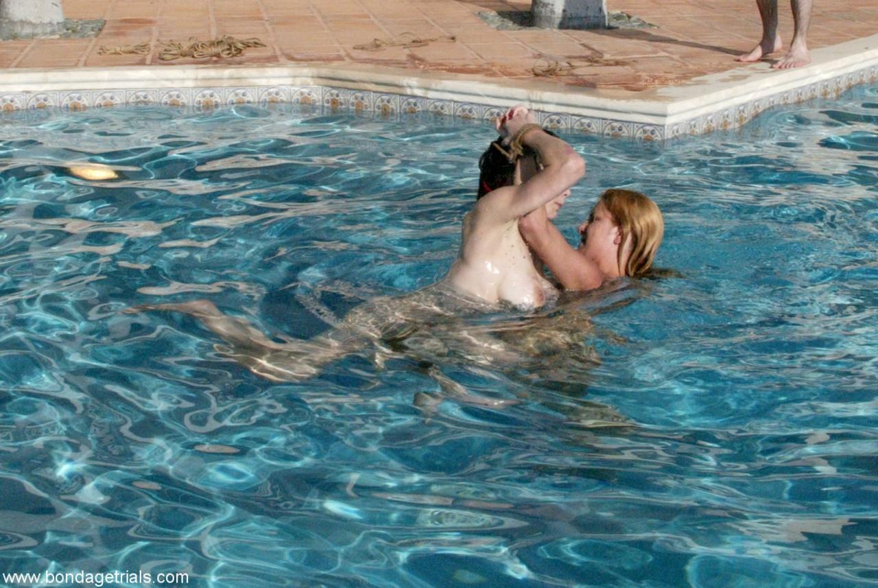 Gostosa loira lésbica com a amiga deliciosa se divertindo na piscina
