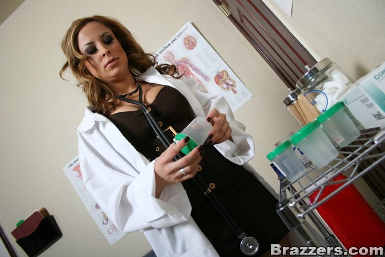 Médica gostosa loira fodendo com paciente dotado que a fez gozar