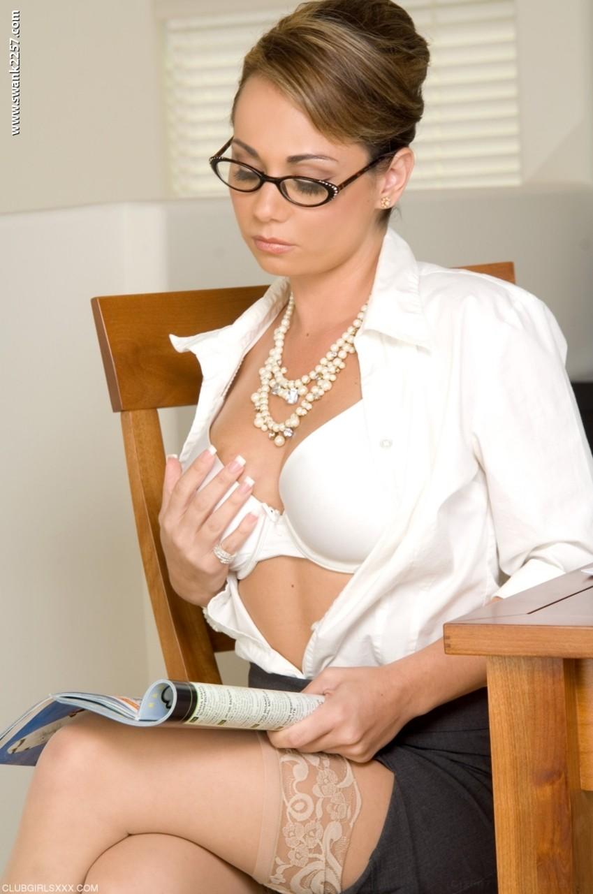 Secretária loira milf se masturbando com um vibrador na buceta