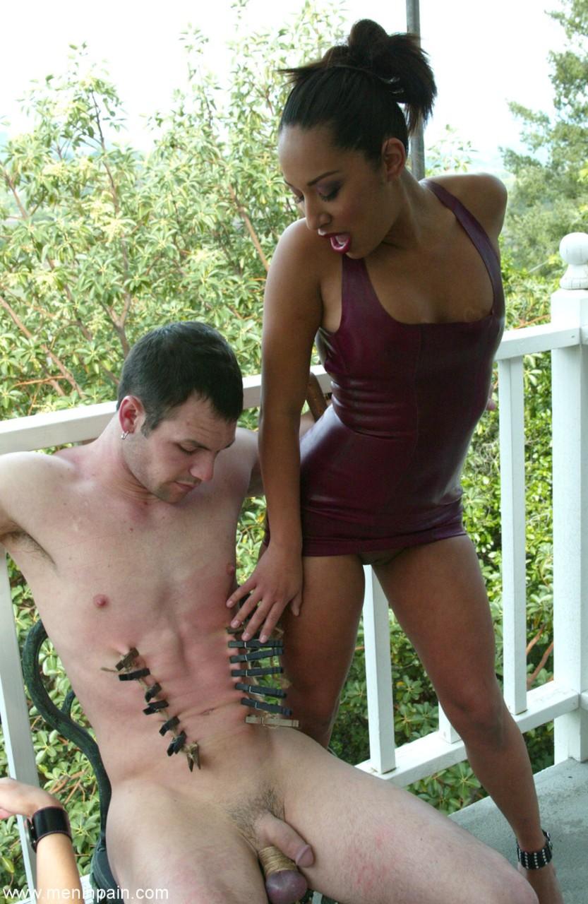 Loira e mulata dominadoras abusando de novinho que ficou amarrado