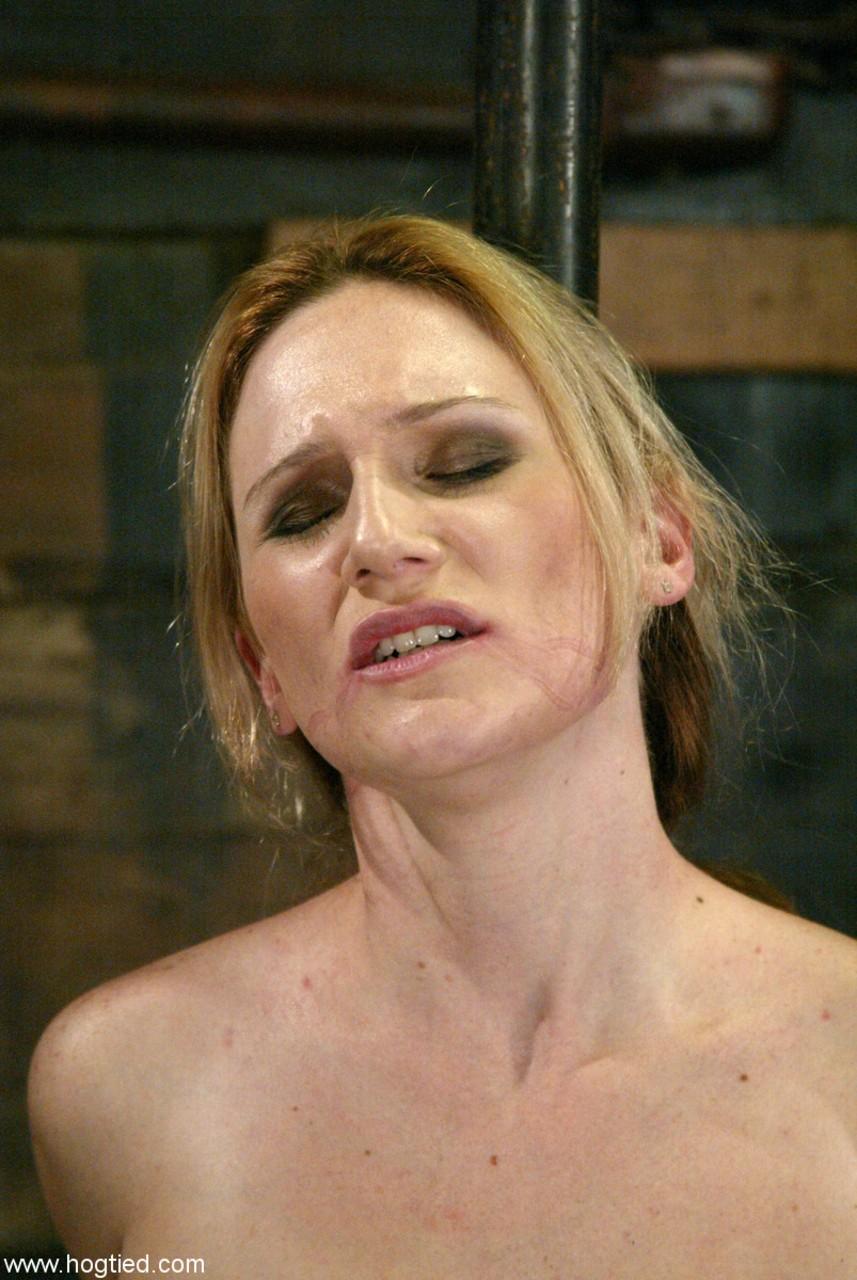 Novinha loira submissa gozando ao ser abusada pelo dominador