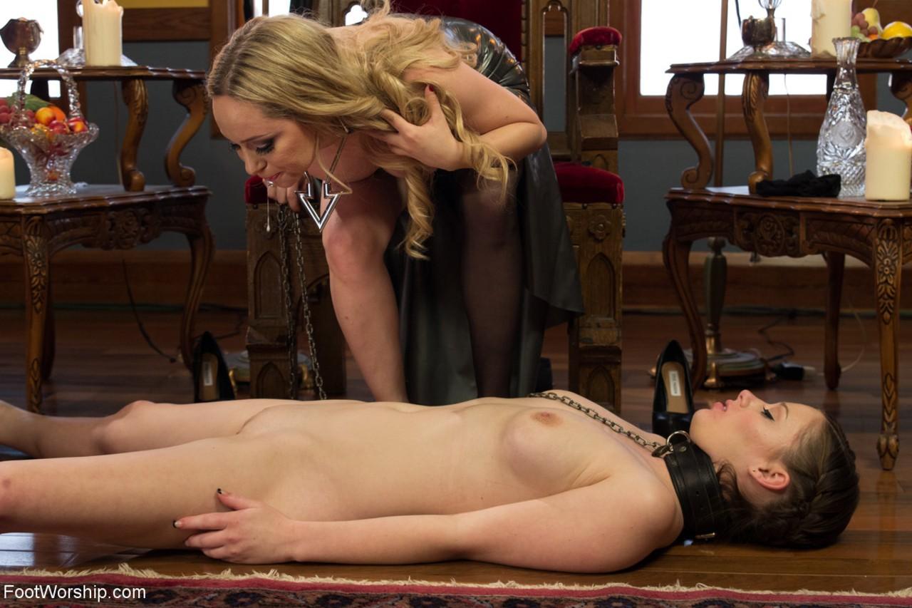 Novinha submissa sendo abusada pela madrasta coroa tarada