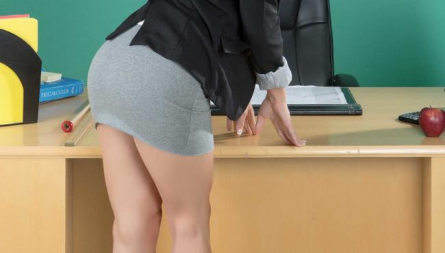 Professora loira gostosa fogosa nua na sala de aula dos alunos